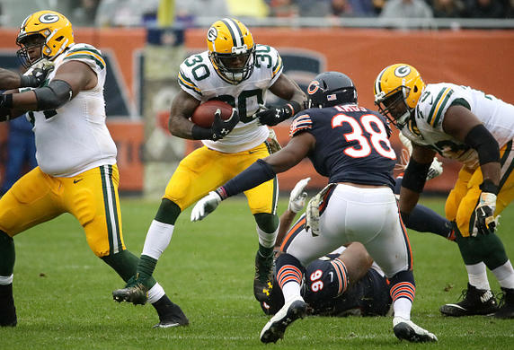 Rodgers carted to locker room vs. Bears after knee injury
